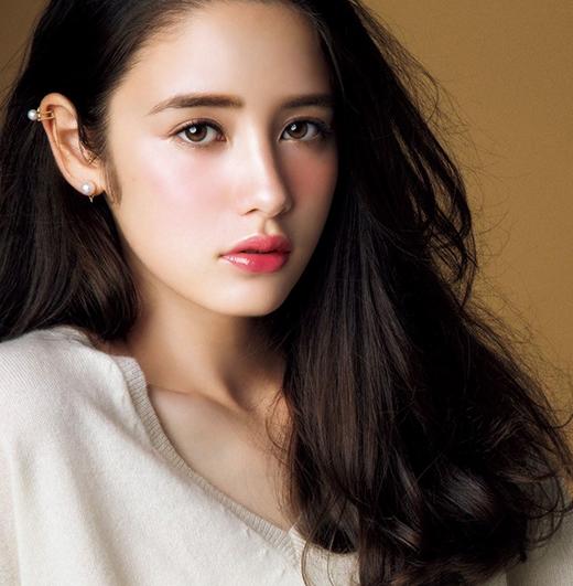 Màu nâu đen vừa làm vẻ ngoài của các cô gái mới mẻ hơn, vừa giữ được nét truyền thống vốn có.