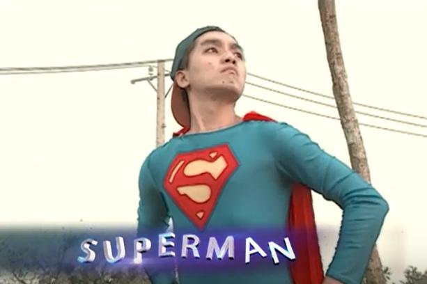 """Super Man phiên bản lỗi: """"Đồ mới mua chưa giặt nên mặc hơi… ngứa""""."""