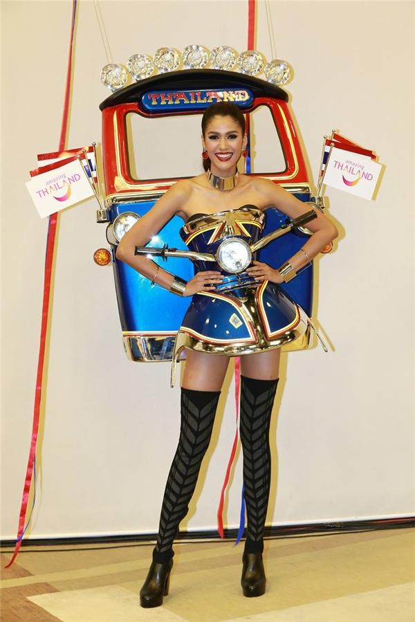 Năm 2015, đại diện Thái Lan Aniporn Chalermburanawong đã giành chiến thắng trong phần thi Trang phục truyền thống với thiết kế lấy ý tưởng từ chiếc xe Tuk Tuk - phương tiện di chuyển đặc trưng của người dân xứ sở chùa vàng.