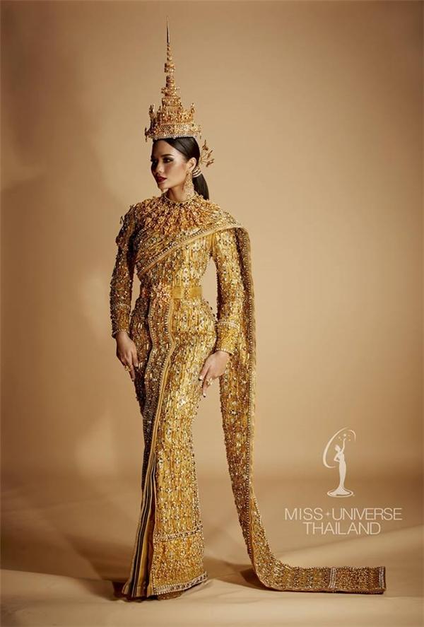 Bộ trang phục truyền thống trên chắc chắn sẽ giúp cho Hoa hậu Thái Lan Chalita Suansane tỏa sáng trên sân khấu lớn vào đêm bán kết sắp tới. Giá trị của thiết kế này vẫn còn là dấu chấm hỏi lớn với khán giả Thái Lan lẫn cộng đồng hâm mộ sắc đẹp trên toàn thế giới.