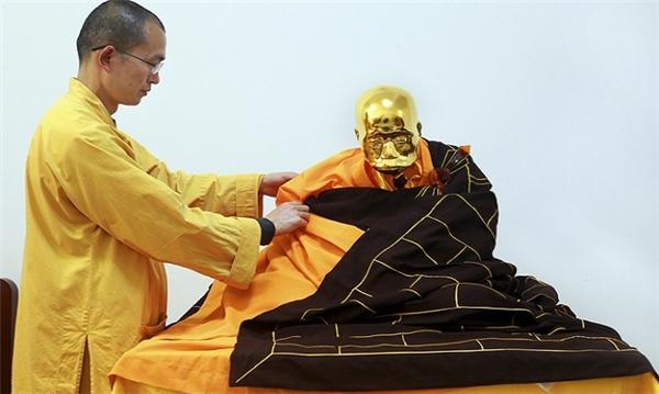 Sau khi dát vàng, xác ướp cao tăng sẽ được mặc áo cà sa rất uy nghiêm. Lão hòa thượng Phúc Hậu đã đạt đến cảnh giới thân thể bất hoại, công đức viên mãn. (Ảnh: internet)