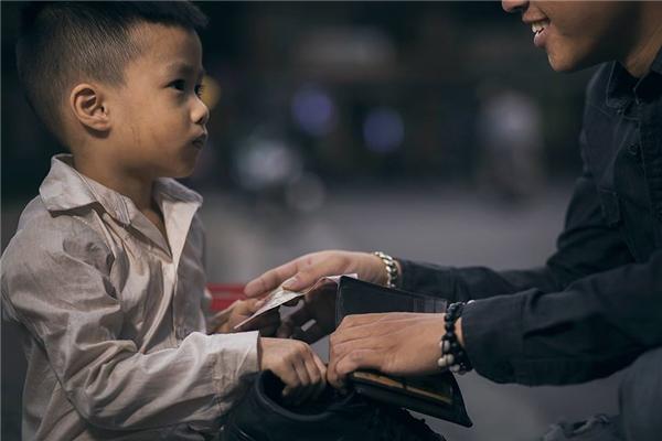 Sự thật bất ngờ về cậu bé đánh giày đang gây bão cộng đồng mạng