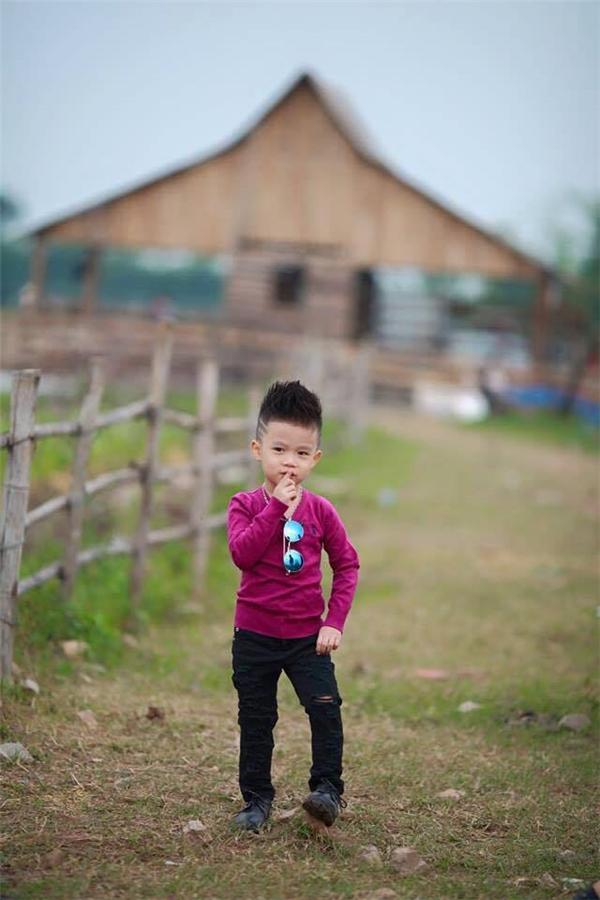 Dù còn nhỏ tuổi, nhưng Bảo Khang đã dạndĩ trước ống kính với những bộ cánh cực chất. (Ảnh: Đỗ Xuân Bút)