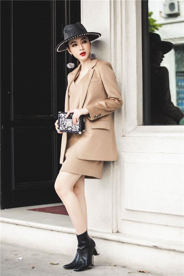 Hàng loạt những mẫu clutch có tông màu tươi sáng trở thành điểm nhấn trên các look trang phục du xuân trẻ trung của nữ diễn viên có gần 1 triệu người theo dõi. - Tin sao Viet - Tin tuc sao Viet - Scandal sao Viet - Tin tuc cua Sao - Tin cua Sao