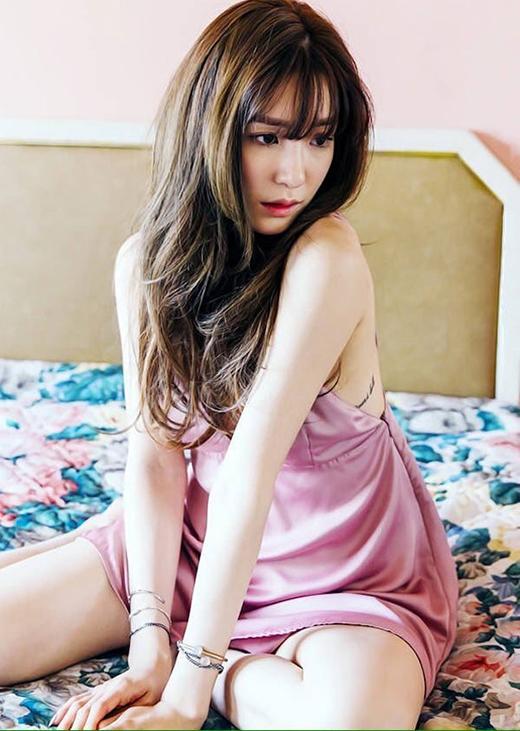 Chiếc váy với chất liệu mềm, mịn tạo cảm giác thoải mái và mềm mại cho người mặc. Cô nàng còn khoe khéo được hình xăm của mình nữa.