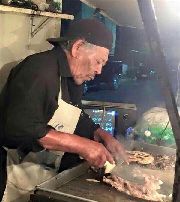 Morgan Freeman bán taco ở Mexico. Cũng có thể Morgan Freeman đang tập làm bánh taco để vào vai đầu bếp trong một bộ phim nào đó.