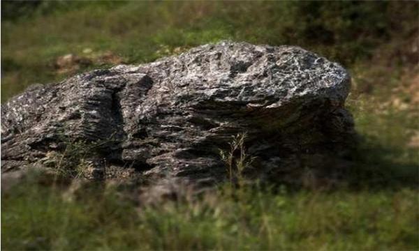 Người dân tại đây tin tưởng rằng: nguyên do khiến ngôi làng sạch bóng muỗi là nhờtảng đá thiêng có hình con cóc ở đầu làng.Họ cho rằng miệng cóc hướng về phía làng Đinh Ốc Lĩnh, cho nên muỗi không dámxuất hiện tại đây. (Ảnh:QQ.)