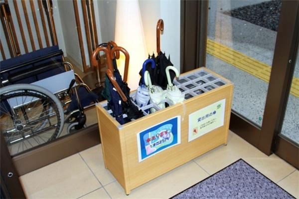 Những chiếc thùng đựng ô này có ở khắp các bến xe buýt và các con phố ở Nhật, và chúng hoàn toàn miễn phí. Mỗi khi trời mưa, bạn hoàn toàn có thể sử dụng những chiếc ô này mà không phải trả tiền, sau khi dùng xong chỉ cần đặt chúng ở những chiếc hộp tương tự mà bạn gặp trên đường.