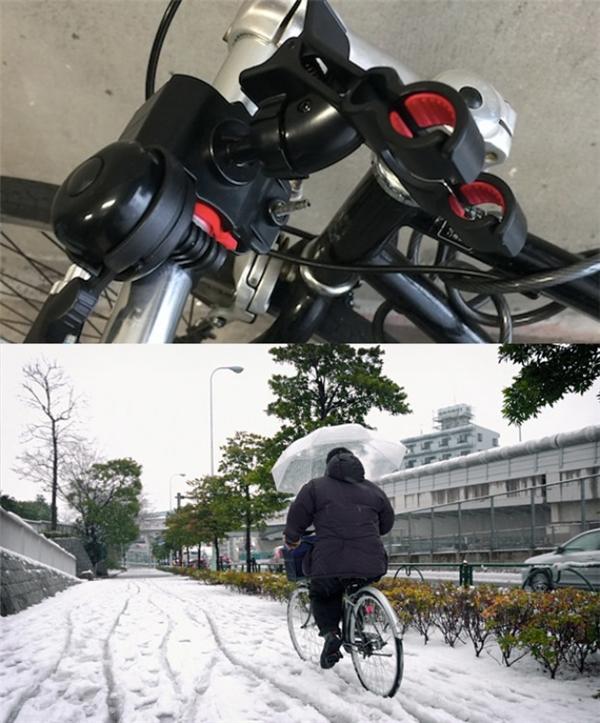 Trên mỗi chiếc xe đạp đều có chỗ để gắn ô, phòng khi mưa nắng bất chợt.