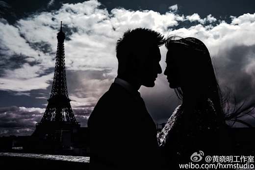 Khoảnh khắc của cặp đôi tạo dáng trước tháp Eiffel trở nên lung linh, huyền ảo dưới bàn tay nghệ thuật của nhiếp ảnh gia tài ba.