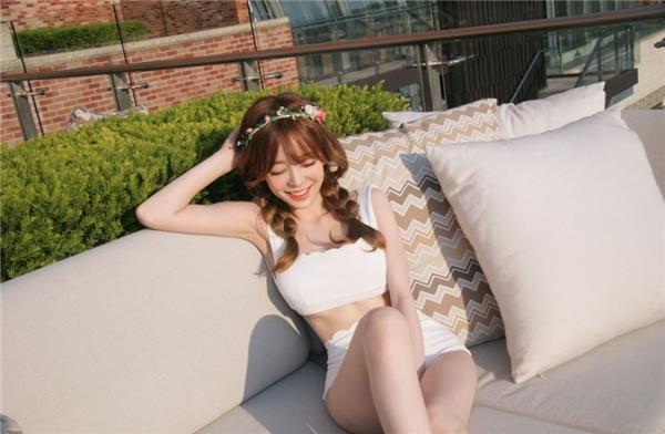 Bộ áo tắm trắng tinh khôi cùng với hai bím tóc bồng bềnh tạo cho nữ thần tượng vẻ ngoài trong sáng.