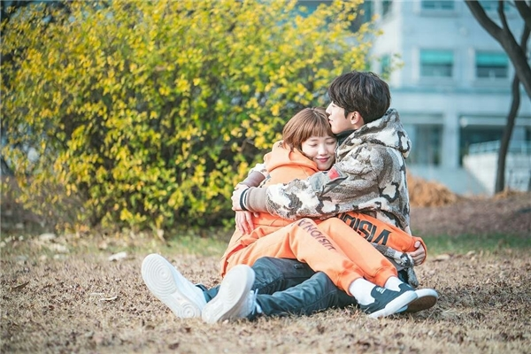 """Hết phim, Nam Joo Hyuk và Lee Sung Kyung rủ rê đồng bọn """"đi trốn"""""""