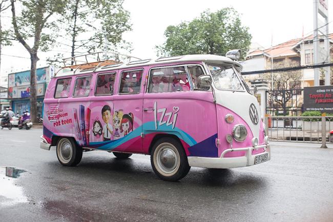 Chiếc xe buýt màu hồng khiến ai đi trên đường cũng phải ngoái lại nhìn. - Tin sao Viet - Tin tuc sao Viet - Scandal sao Viet - Tin tuc cua Sao - Tin cua Sao