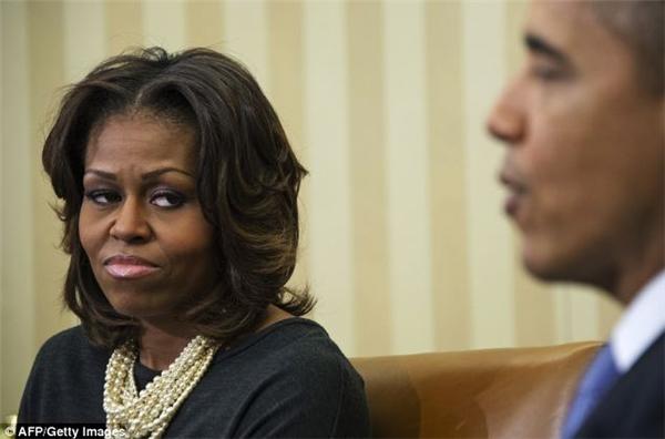 Từ khi trở thành Thượng nghị sĩ ở bang Illinois, Barack Obama thường xuyên suy nghĩ và tìm cách thay đổi thời cuộc. Ông không có nhiều thời gian để ý và quan tâm gia đình, hút nhiều thuốc hơnso với bình thường. Điều này khiến bà Michelle không hài lòng và thậm chí là bực bội.
