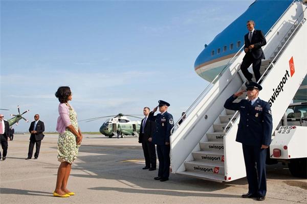 Bà Michelle cũng thường xuyên có mặt ở sân bay để đón chồng trở về sau mỗi chuyến công du