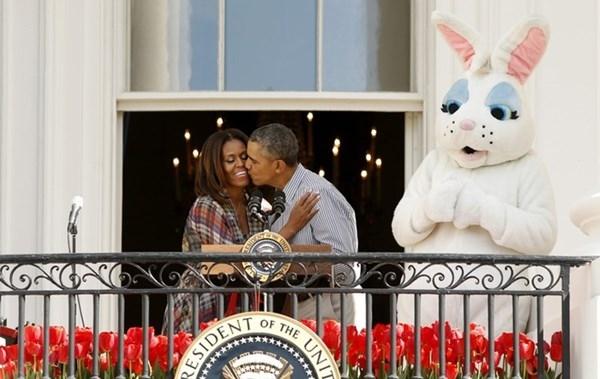 Tổng thống Mỹ hôn vợ trong lễ khai mạc cuộc thi lăn trứng Phục sinh lần thứ 136 tại bãi cỏ phía nam của Nhà trắng.