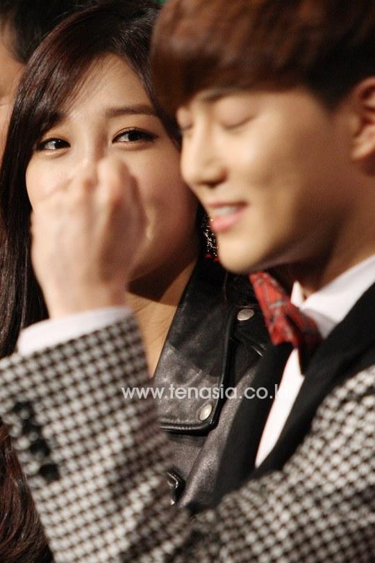 Trông có vẻ như đôi mắt của Eunji (A Pink) đã dán chặt lên gương mặt hoàn mĩ của Suho (EXO) mất rồi.