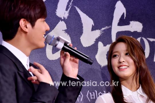 """Mặc cho danh hiệu """"báu vât quốc dân"""" hay nữ thần vạn người mê, đứng trước Lee Min Ho, Seolhyun (AOA) vẫn không thể không trầm trồ trước vẻ ngoài không tì vết của mĩ nam 30 tuổi."""