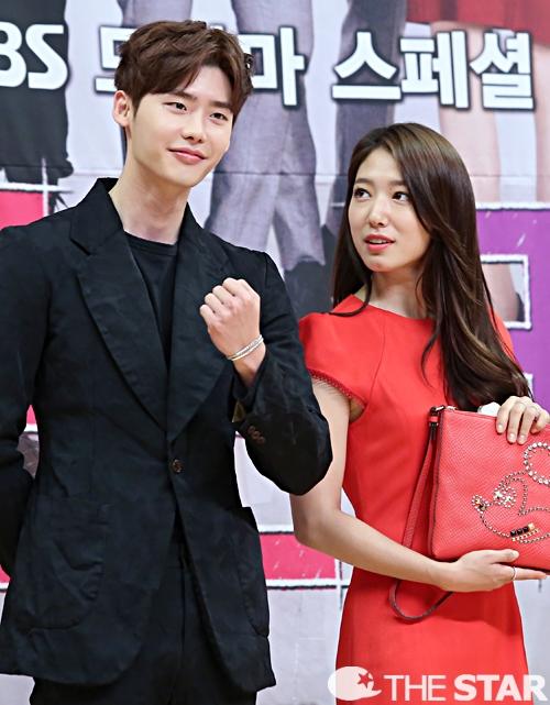 Sở hữu những đường nét gương mặt đẹp hơn cả con gái, không có gì khó hiểu khi Park Shin Hye lại nhìnLee Jong Suk với ánh mắt ngưỡng mộ và đầy ganh tị thế kia.