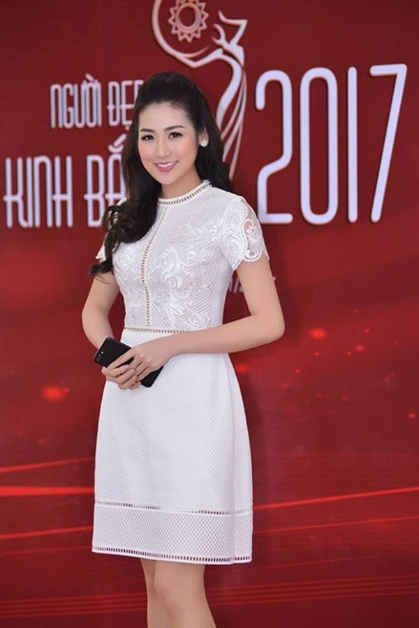 Á hậu Tú Anh rạng rỡ, duyên dáng trong trang phục đầm ren trắng nữ tính, sang trọng.