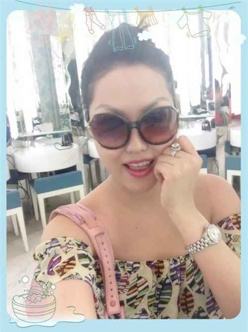 Phi Thanh Vân thường xuyên đăngảnh vớiphụ kiện xa xỉ như nhẫn kim cương, đồng hồ cùng điện thoại đắt tiền, chiếc xetrị giá 2 tỉđồng cộng với tiệm spa nổi tiếng ở TPHCM. - Tin sao Viet - Tin tuc sao Viet - Scandal sao Viet - Tin tuc cua Sao - Tin cua Sao