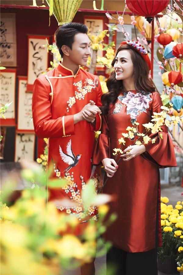 Kelly diện áo dài nổi bật, e ấp bên trai đẹp Hoàng Kỳ Nam đón năm mới