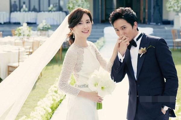 Cặp đôi Lee Bo Young – Ji Sung gặp gỡ và kết đôi với nhau sau khi đóng chung trong phim truyền hình Save the last dance for me.