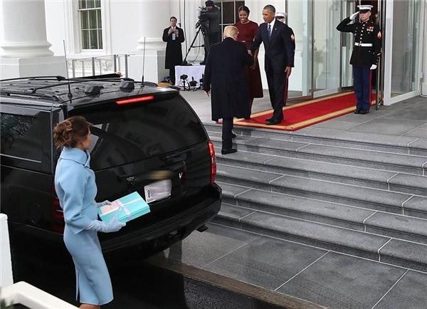 Vừa bước xuống xe, Donald đã ngay lập tức tiến lên bậc tam cấp để chào vợ chồng Obama, bỏ mặc vợ mình lại phía sau.