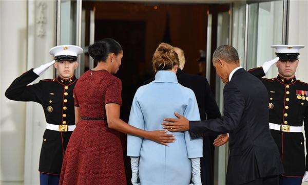 Sau đó ông cũng một mình đi thẳng vào Nhà Trắng, để lại Melania lúc đó may mắn được vợ chồng Obama dìu vào sau.