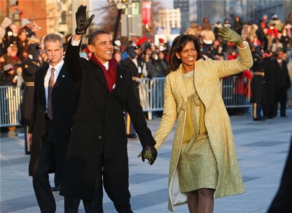 Hành động của Donald Trump khác hoàn toàn với Barack Obama khi ông luôn nắm tay vợ trong suốt Lễ Nhậm chức 2009.