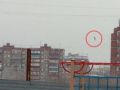 Hai tòa nhà nằm cách nhau khoảng 100 mét, và cậu thanh niên muốn đi từ nóc tòa nhà này sang tòa nhà kia.