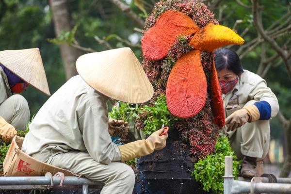 Những ngày qua, nhiều người dân ở Hà Nội vô cùng ngạc nhiên và thích thú khi thấy sự xuất hiện của 12 con giáp với kích thước khổng lồ tại công viên Thống Nhất (Hai Bà Trưng, Hà Nội).