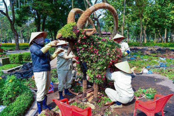 Theo những nhân viên cây xanh đang làm việc tại đây, đây là lần đầu tiên Hà Nội dựng mô hình trang trí 12 con giáp bằng hoa.