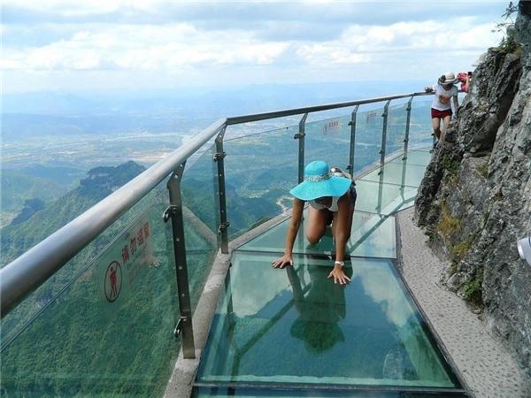 Hành lang kinh hoàng bằng kính cao 1430 mét ở Trung Quốc