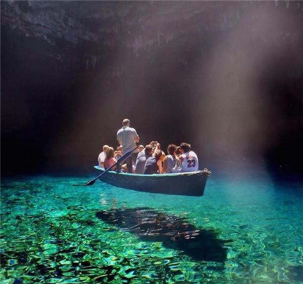 Danh hiệu hồ nước trong xanh nhất thế giới thuộc về Hồ Melissani ở Hy Lạp