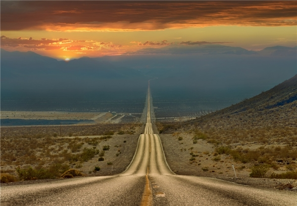 Con đường cắt ngang Thung lũng Tử thần ở USA trông như đang dẫn thẳng lên thiên đàng.