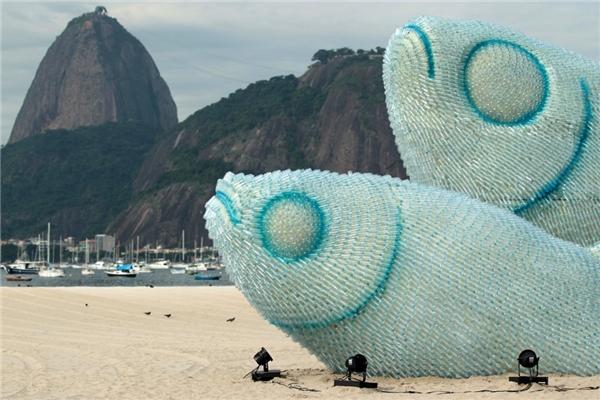 Bức tượng hai con cá được làm hoàn toàn từ những chiếc chai nhựa trên bãi biển Rio de Janero, Brazil.