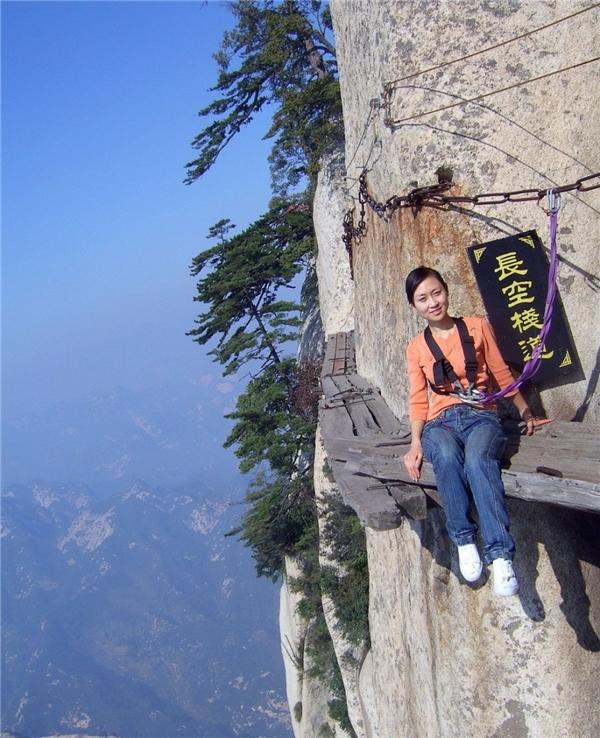Lối đi tử thần được làm từ những chiếc ván gỗ bắc vào vách núi đá dựng đứng với độ cao 2130 mét tại Trung Quốc