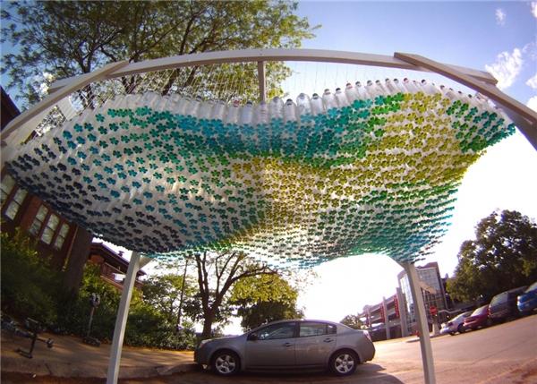 Mái che của một bãi đỗ xe làm từ 1500 chai nhựa tại USA