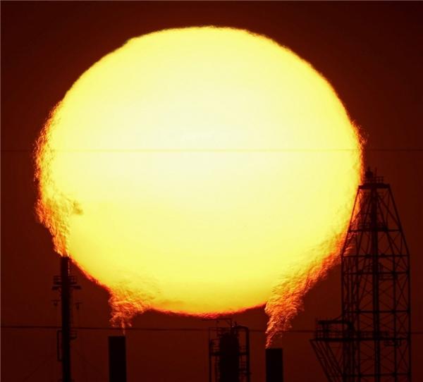 """Ống khói của các nhà máy có thể thải ra được """"quả cầu lửa"""" lunh linh hút mắt thế này sao?"""