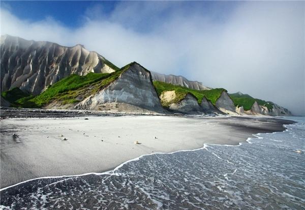 Những vách đá trắng tinh đứng hiên ngang trên đảo Iturup thuộc Nga
