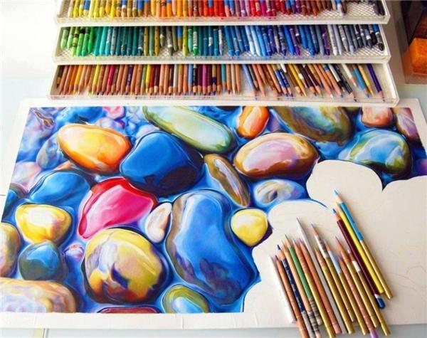 Chỉ bằng những cây chì màu thông thường thôi mà một họa sĩ tài ba đã vẽ nên được bức tranh trông như ảnh chụp thế này đây.