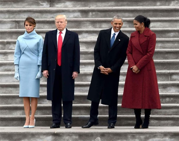 Bức ảnh được nhiều người dùng mạng cho rằng vợ chồng ông Donald Trump không mấy vui vẻ và khá căng thẳng.
