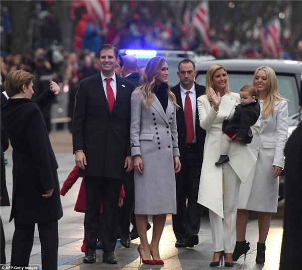 Ivanka đang ẵm con trai út Theodore trong lúc vẫy chào mọi người, bên phải cô là Eric Trump cùng vợ là Lara Yunaska, đằng sau là Tiffany Trump.