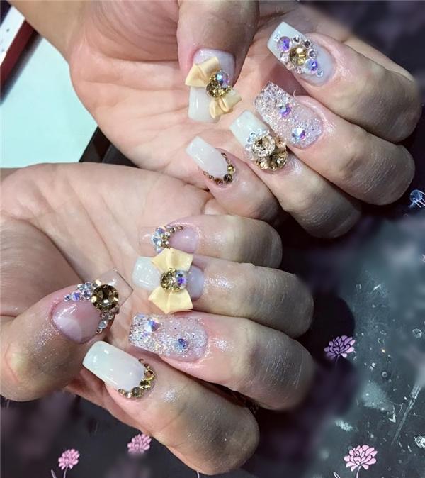 Một mẫu nail đính nơ đá cực xinh cho năm mới.
