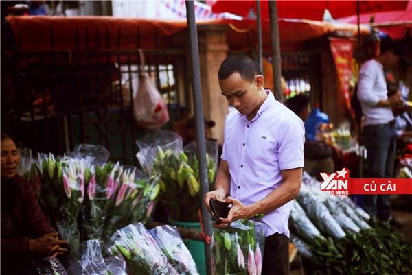 Anh chàng này hoàn toàn hài lòng khi mua được bó hoa lys vừa ý.