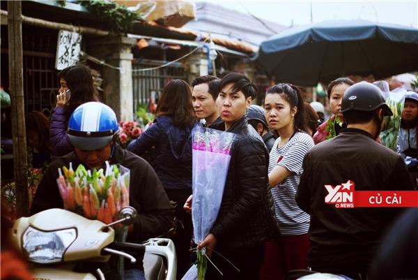 Giới trẻ Hà Nội rộn rịp rủ nhau đi chợ hoa mở suốt đêm ngày cận Tết