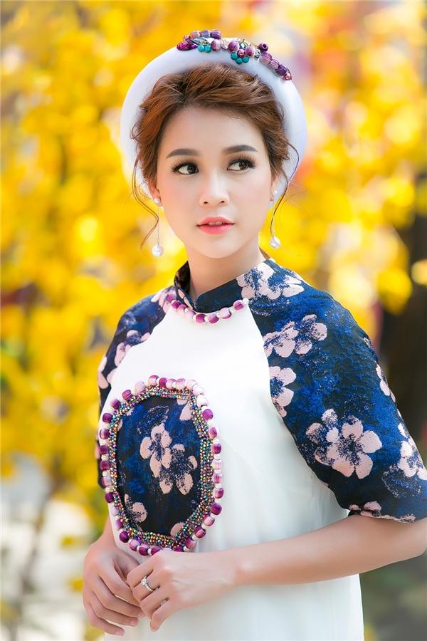 Người đẹp dịu dàng, nữ tính trong tà áo dài cách tân.