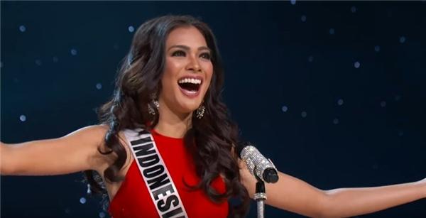 Hoa hậu Indonesia xuất hiện ấn tượng, sắc sảo trên sàn diễn.