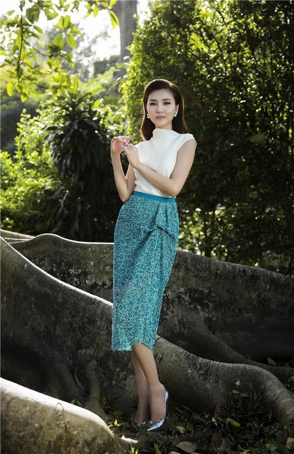 Xanh lá pha xanh thiên thanh tạo ra mảng màu ngọt ngào độc đáo. Ngọc Duyên thanh lịch với áo cổ lọ không tay kết hợp chân váy bút chì dựng phom 3D nhẹ nhàng. Không cần quá cầu kì, một vài điểm nhấn nhỏ vẫn đủ tạo nên sức hút cho quý cô trong tiết trời Xuân này.